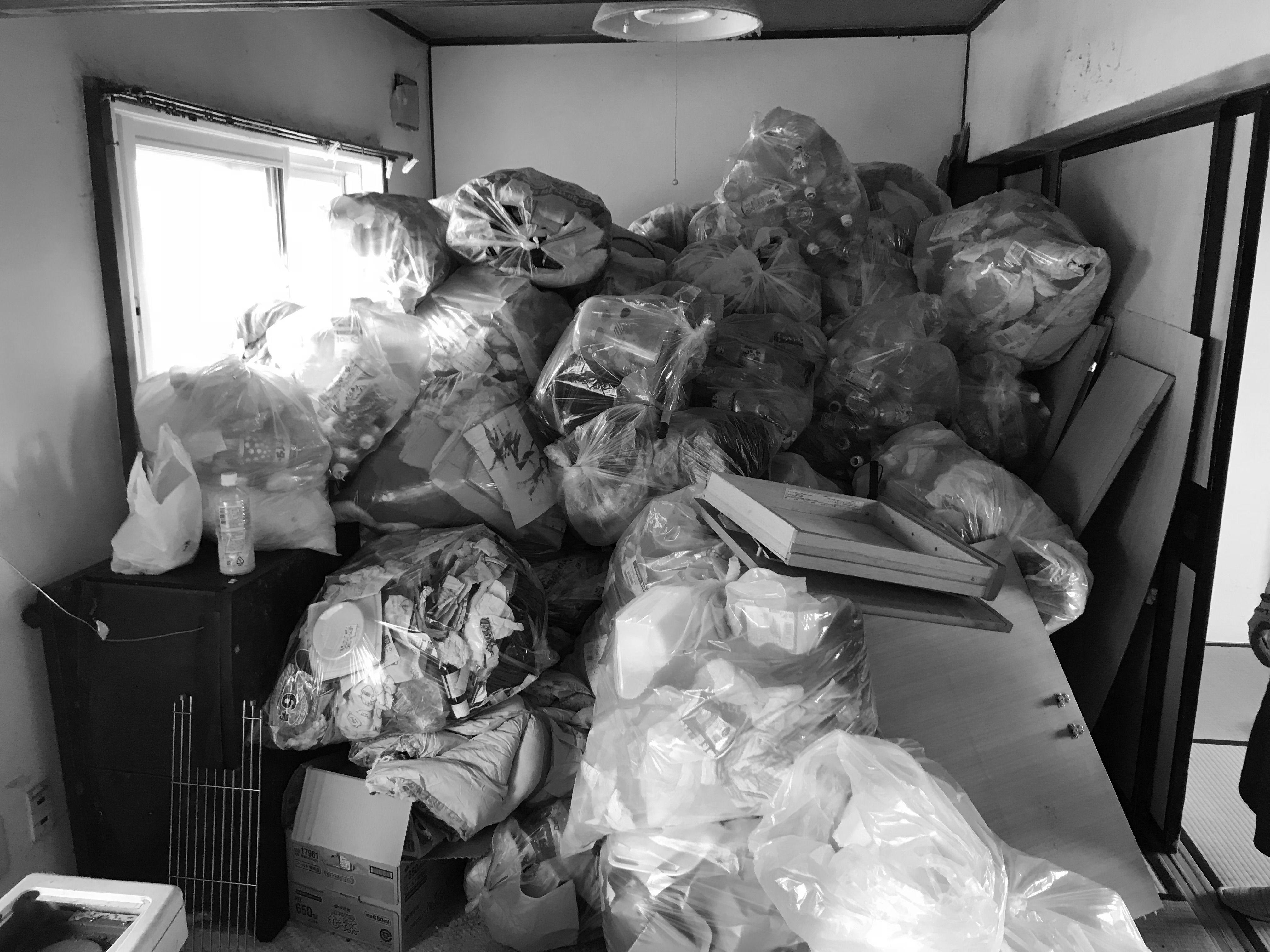 ゴミが溜まった部屋