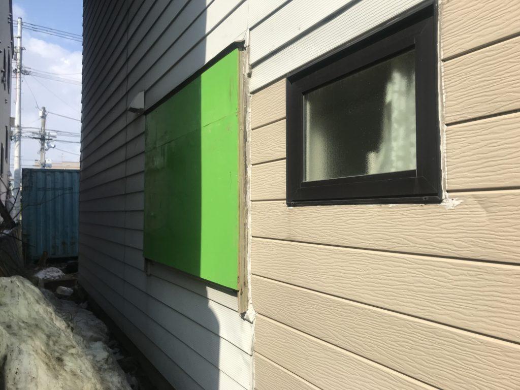 窓に当て板
