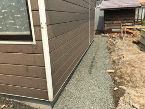 砕石の敷き詰め作業