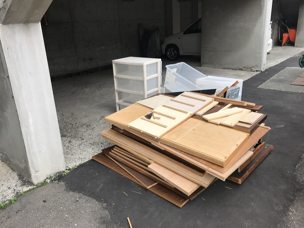 粗大ゴミの解体作業