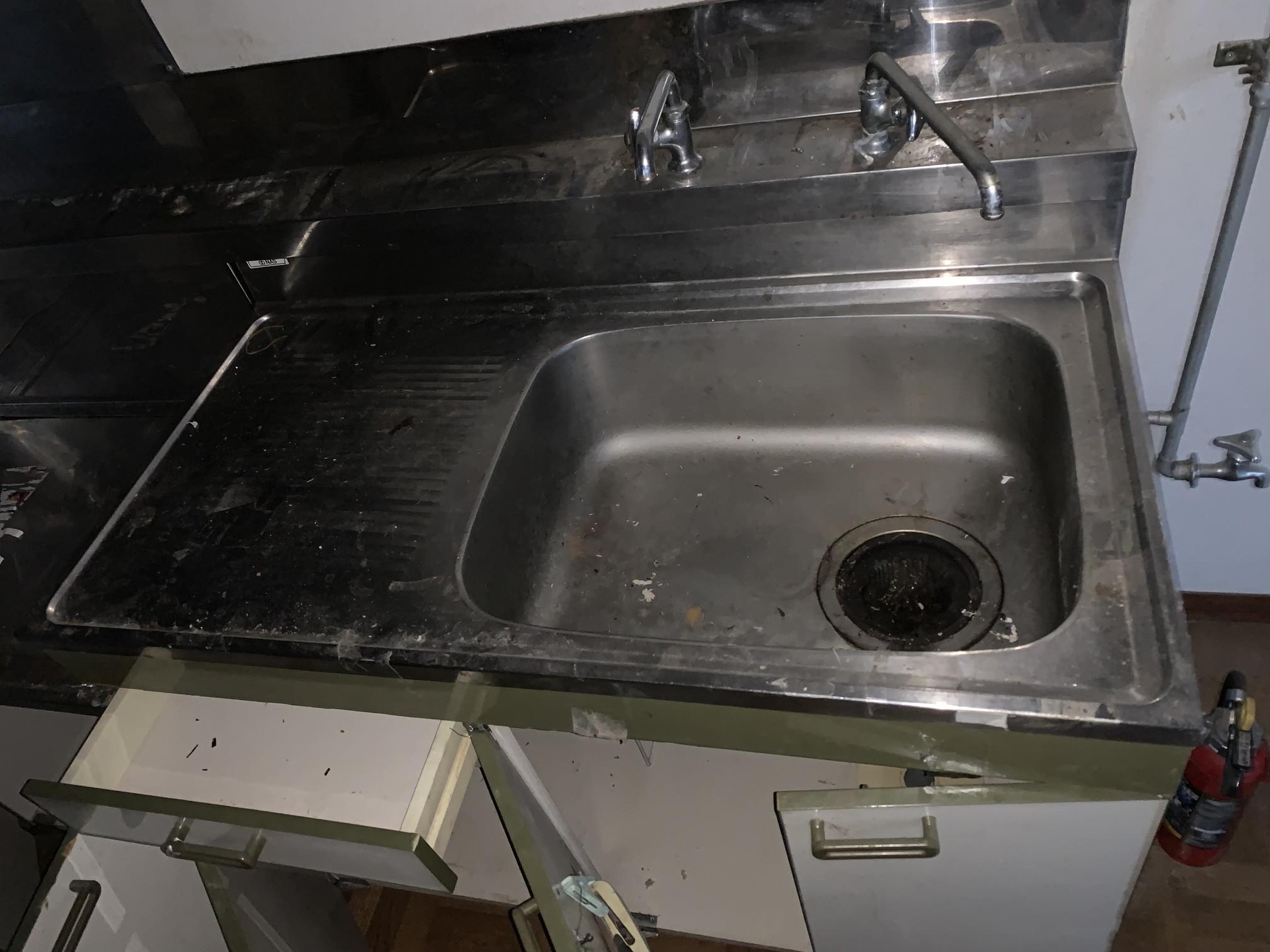 清掃前のキッチン