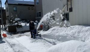除雪機にて作業中