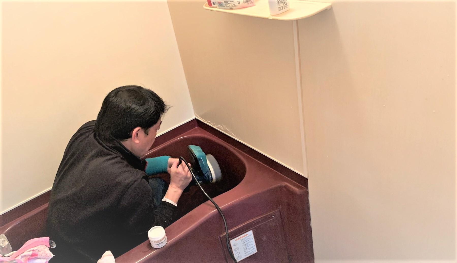 浴槽を磨く