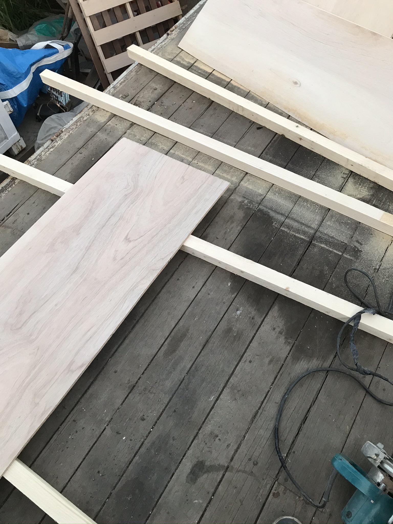 べニア板のカット作業